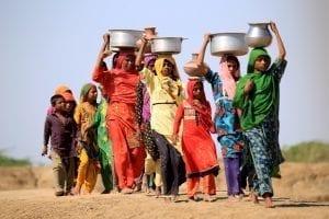 femmes allant chercher eau
